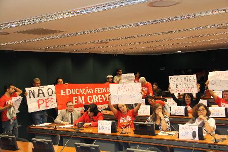 Comissão Especial aprova PEC que acaba com gratuidade em cursos públicos de especialização