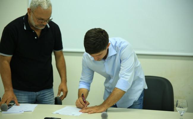 Candidato a prefeito Walter Júnior assina compromisso de autonomia e garantia de direitos dos servidores da Unirg