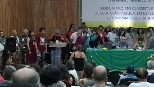 Momento da assinatura do termo da posse do professor Gilberto Correia como secretário da Regional Planalto do ANDES.