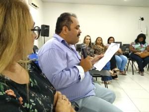 Presidente Paulo Henrique lendo poema.