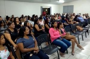 Acadêmicos de pedagogia no auditório da APUG