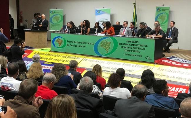 Servidores fazem manifestação na Câmara contra ataques ao funcionalismo público