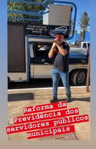 Professor Gilberto Correia defendendo os direitos dos servidores municipais em carro de som